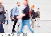 Bewegung in anonymer Menschenmenge auf Flughafen oder Business Messe. Стоковое фото, фотограф Zoonar.com/Robert Kneschke / age Fotostock / Фотобанк Лори