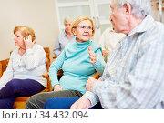 Senioren beim Smalltalk in einem Seniorenheim bei einem Vortrag oder... Стоковое фото, фотограф Zoonar.com/Robert Kneschke / age Fotostock / Фотобанк Лори