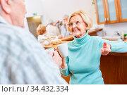 Senioren machen Smalltalk bei einer Tasse Kaffee im Aufenthaltsraum... Стоковое фото, фотограф Zoonar.com/Robert Kneschke / age Fotostock / Фотобанк Лори