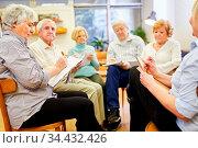 Gruppe Senioren mit Zeichenblock beim Malen und Zeichnen in einer... Стоковое фото, фотограф Zoonar.com/Robert Kneschke / age Fotostock / Фотобанк Лори