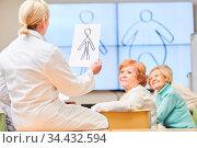Ärztin und Senioren in einer Ernährungsberatung in einem Kurs der... Стоковое фото, фотограф Zoonar.com/Robert Kneschke / age Fotostock / Фотобанк Лори