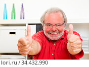 Lachender Rentner hält zufrieden seine beide Daumen nach oben. Стоковое фото, фотограф Zoonar.com/Robert Kneschke / age Fotostock / Фотобанк Лори