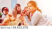 Kinder essen zusammen frisches Obst als Snack in der Pause der Grundschule. Стоковое фото, фотограф Zoonar.com/Robert Kneschke / age Fotostock / Фотобанк Лори