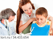 Junge hat Angst beim Zahnarzt vor dem Bohrer. Стоковое фото, фотограф Zoonar.com/Robert Kneschke / age Fotostock / Фотобанк Лори
