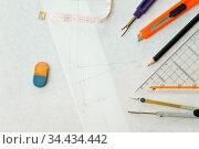 Werkzeuge eines Modedesigners wie Bleistift und Zirkel auf Schnittmuster. Стоковое фото, фотограф Zoonar.com/Robert Kneschke / age Fotostock / Фотобанк Лори