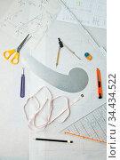 Schnittmuster mit Werkzeug wie Schere und Lineal von oben. Стоковое фото, фотограф Zoonar.com/Robert Kneschke / age Fotostock / Фотобанк Лори