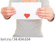 Weibliche Hände halten einen Liebesbrief mit rotem Herz. Стоковое фото, фотограф Zoonar.com/Robert Kneschke / age Fotostock / Фотобанк Лори
