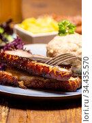 Portion frisch gebratenes Schweinefleisch auf einem blauen Teller. Стоковое фото, фотограф Zoonar.com/Bernd Juergens / easy Fotostock / Фотобанк Лори