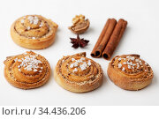 Nahaufnahme von schwedischem Kanelbullar mit Zucker. Стоковое фото, фотограф Zoonar.com/Bernd Juergens / easy Fotostock / Фотобанк Лори