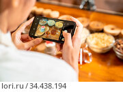 BLOGGER of young adult asian owner entrepreneur review cafe coffee... Стоковое фото, фотограф Zoonar.com/Vichie81 / easy Fotostock / Фотобанк Лори