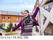 Expressive young woman enjoying life and dancing, walking in country house yard. Стоковое фото, фотограф Кекяляйнен Андрей / Фотобанк Лори