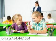 Cheerful pupils chattering at lesson. Стоковое фото, фотограф Яков Филимонов / Фотобанк Лори