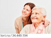 Frau und Senioren schauen gemeinsam zuversichtlich lächelnd zur Seite. Стоковое фото, фотограф Zoonar.com/Robert Kneschke / age Fotostock / Фотобанк Лори