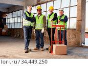 Industrie Arbeiter Team in Lagerhalle einer Fabrik mit Paket auf ... Стоковое фото, фотограф Zoonar.com/Robert Kneschke / age Fotostock / Фотобанк Лори