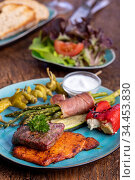 Gegrilltes Fleisch und grüner Spargel auf einem blauen Teller. Стоковое фото, фотограф Zoonar.com/Bernd Juergens / easy Fotostock / Фотобанк Лори