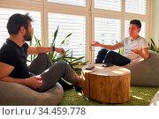 Zwei junge Business Leute beim Smalltalk in der Lounge oder Chill... Стоковое фото, фотограф Zoonar.com/Robert Kneschke / age Fotostock / Фотобанк Лори