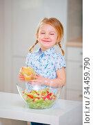 Mädchen beim Essen von einem belegten Brötchen mit Wurst und Käse... Стоковое фото, фотограф Zoonar.com/Robert Kneschke / age Fotostock / Фотобанк Лори