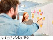 Business Mann hat eine Idee oder eine Lösung für ein Projekt im Brainstorming... Стоковое фото, фотограф Zoonar.com/Robert Kneschke / age Fotostock / Фотобанк Лори