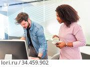 Afrikanische Geschäftsfrau zusammen mit einem Kollegen im Büro am... Стоковое фото, фотограф Zoonar.com/Robert Kneschke / age Fotostock / Фотобанк Лори