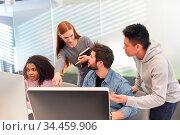 Webentwickler Team hat eine Idee für ein Grafikdesign oder Webdesign. Стоковое фото, фотограф Zoonar.com/Robert Kneschke / age Fotostock / Фотобанк Лори