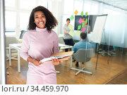Junge afrikanische Business Frau als Start-Up Gründer mit Dokumenten... Стоковое фото, фотограф Zoonar.com/Robert Kneschke / age Fotostock / Фотобанк Лори