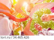 Teenager geben High Five zur Motivation in der Natur. Стоковое фото, фотограф Zoonar.com/Robert Kneschke / age Fotostock / Фотобанк Лори