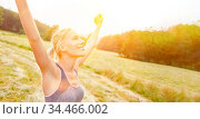 Junge Frau findet Entspannung und Freiheit in der Natur beim Sport. Стоковое фото, фотограф Zoonar.com/Robert Kneschke / age Fotostock / Фотобанк Лори