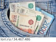 Пачка российских рублей в кармане джинсов, деньги на карманные расходы. Стоковое фото, фотограф александр афанасьев / Фотобанк Лори