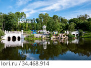 Khabarovsk, Russia, July 31, 2020:Park with a pond in the Northern district of Khabarovsk. Редакционное фото, фотограф Катерина Белякина / Фотобанк Лори