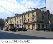 Трёхэтажный трёхподъездный кирпичный дом, ранее жилой. Построен в 1949 году. 9-я Парковая улица, 27. Район Измайлово. Город Москва (2010 год). Редакционное фото, фотограф lana1501 / Фотобанк Лори