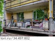 Москва, захламлённый балкон жилого дома. Редакционное фото, фотограф glokaya_kuzdra / Фотобанк Лори