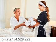 Zimmerservice im Hotel bringt einem Gast frische Handtücher. Стоковое фото, фотограф Zoonar.com/Robert Kneschke / age Fotostock / Фотобанк Лори