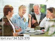 Business Team bei Planung an einem Tisch im Büro. Стоковое фото, фотограф Zoonar.com/Robert Kneschke / age Fotostock / Фотобанк Лори