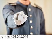 Hand von Concierge überreicht dem Gast eine Schlüsselkarte. Стоковое фото, фотограф Zoonar.com/Robert Kneschke / age Fotostock / Фотобанк Лори