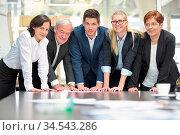 Geschäftsleute als Business Team am Tisch von einem Konferenzraum... Стоковое фото, фотограф Zoonar.com/Robert Kneschke / age Fotostock / Фотобанк Лори