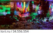 Pfütze nachts bei Regen mit reflektierenden Lichtern auf Jahrmarkt... Стоковое фото, фотограф Zoonar.com/Robert Kneschke / age Fotostock / Фотобанк Лори