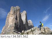 Randonneuse au pied des Tre Cime di Lavaredo (Trois Cimes de Lavaredo... Стоковое фото, фотограф Christian Goupi / age Fotostock / Фотобанк Лори