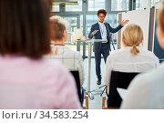 Afrikanischer Redner oder Existenzgründer bei einem Vortrag oder ... Стоковое фото, фотограф Zoonar.com/Robert Kneschke / age Fotostock / Фотобанк Лори