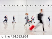 Anonyme verschwommene Geschäftsleute auf Reisen in der Halle vom ... Стоковое фото, фотограф Zoonar.com/Robert Kneschke / age Fotostock / Фотобанк Лори