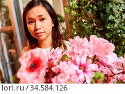 Junge Asiatin als Floristin bindet frische Blumen für Blumenstrauß... Стоковое фото, фотограф Zoonar.com/Robert Kneschke / age Fotostock / Фотобанк Лори