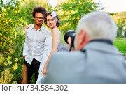 Hochzeitsfotograf fotografiert Brautpaar in der Natur am Hochzeitstag. Стоковое фото, фотограф Zoonar.com/Robert Kneschke / age Fotostock / Фотобанк Лори