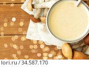 mushroom cream soup in bowl on cutting board. Стоковое фото, фотограф Syda Productions / Фотобанк Лори