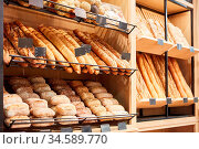 Frische Brote und Baguette und Brötchen in einer Bäckerei. Стоковое фото, фотограф Zoonar.com/Robert Kneschke / age Fotostock / Фотобанк Лори