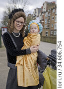 Purim Jewish celebrations in Stamford Hill. Children and adults celebrate... Редакционное фото, фотограф Julio Etchart / age Fotostock / Фотобанк Лори