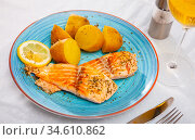 Fried salmon fillet with boiled potatoes in skins. Стоковое фото, фотограф Яков Филимонов / Фотобанк Лори