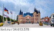 The town hall (Hotel de Ville) in Corbie, Hauts-de-France in northern... Стоковое фото, фотограф Andrew Wilson / age Fotostock / Фотобанк Лори