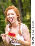 A 27 year old redhead woman eating a watermelon outdoors. Стоковое фото, фотограф Joseph De Sciose / age Fotostock / Фотобанк Лори