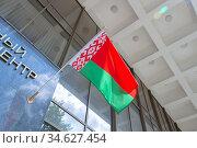 Белорусский государственный флаг на стене здания (2019 год). Стоковое фото, фотограф Артем Блинов / Фотобанк Лори
