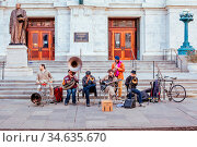 New Orleans, USA - Jan 19 2013: Local jazz band performs in the streets... Стоковое фото, фотограф Zoonar.com/Chris Putnam / age Fotostock / Фотобанк Лори