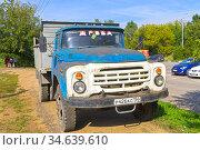 """Старый грузовой автомобиль ЗИЛ-130 с надписью """"дрова"""" на лобовом стекле. Редакционное фото, фотограф Сергей Рыбин / Фотобанк Лори"""